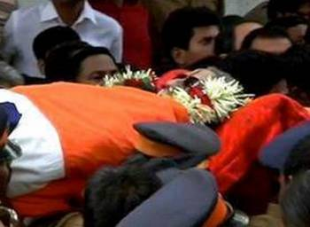 Bal Thackeray's body being carried to Shivaji Park in Mumbai for his last rites.