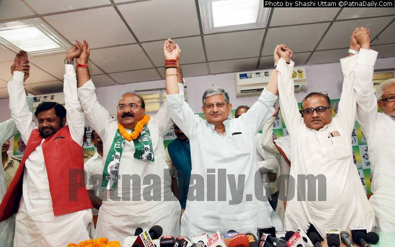 Former BJP leader Sunil Kumar Pinto (second from left) joins JD-U on Wednesday.
