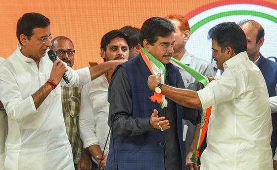 Shatrughan Sinha is bbeing welcomed by Congress leaders in Delhi on Saturday.