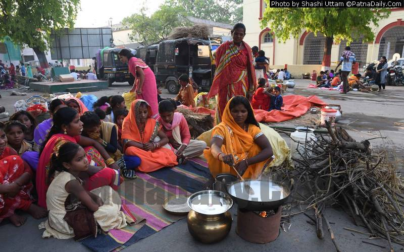 Devotees observing Kharna on the second day of Chaiti Chhath at Collectorate Ghat in Patna on Wednesday.
