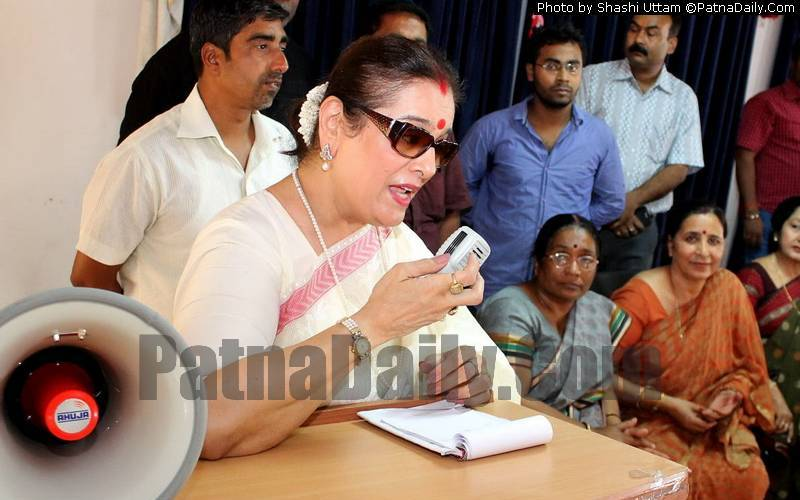 Poonam Sinha campaigning for her husband Shatrughan Sinha in Patna during 2014 Lok Sabha elections.