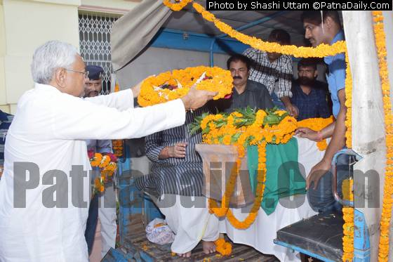 Nitish Kumar paying floral tribute to former Bihar CM Jagannath Mishra.