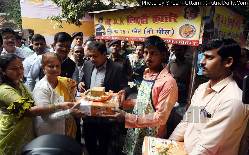 Patna Mayor Sita Sahu handing out gas cylinders to street vendors in Patna on Monday.