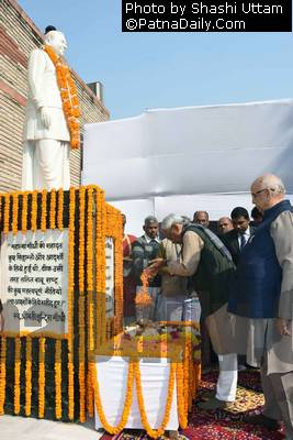 Nitish Kumar and Governor Lalji Tandon paying floral tribute to LN Mishra on Saturday.