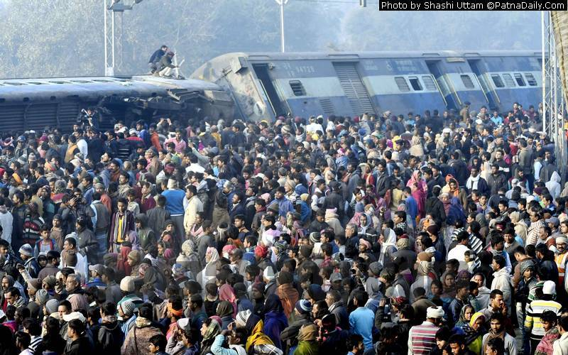 Train derailment near Hajipur kills six people and leaves many injured.