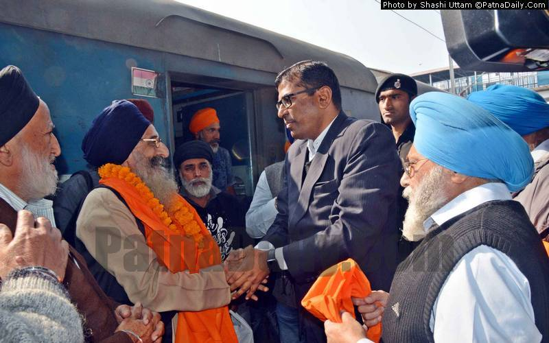 Sikh pilgrims arriving from Punjab being welcomed by Patna DM Kumar Ravi on Wednesday.