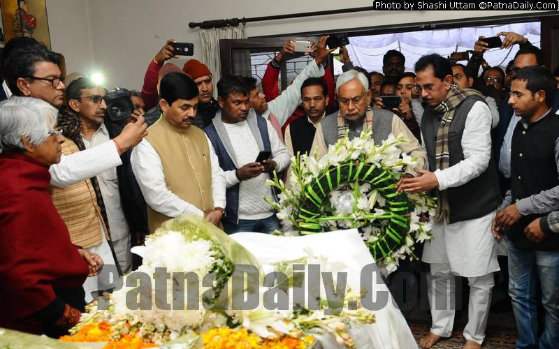 Nitish Kuma and other NDA leaders paying their respect to George Fernandes who passed away in Delhi on Tuesday.
