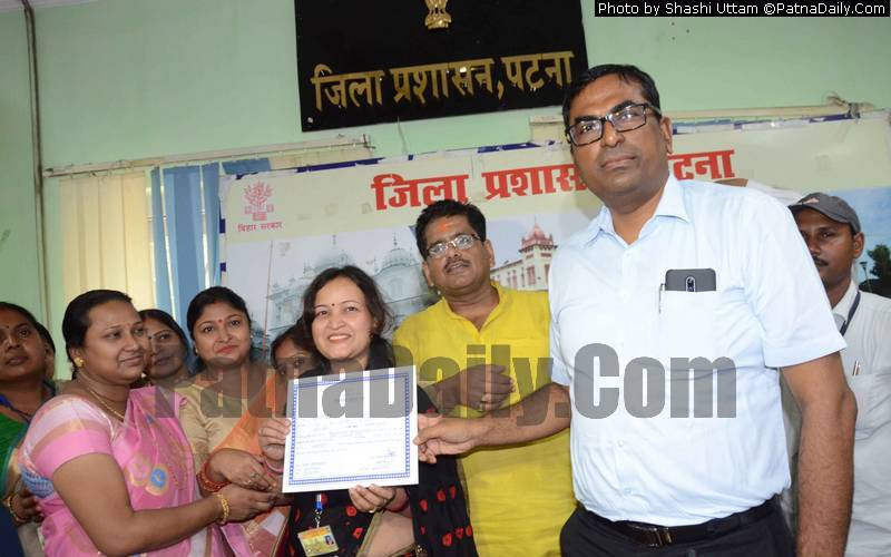 DM Kumar Ravi certifying the election of Deputy Mayor Meera Devi in Patna on Saturday.