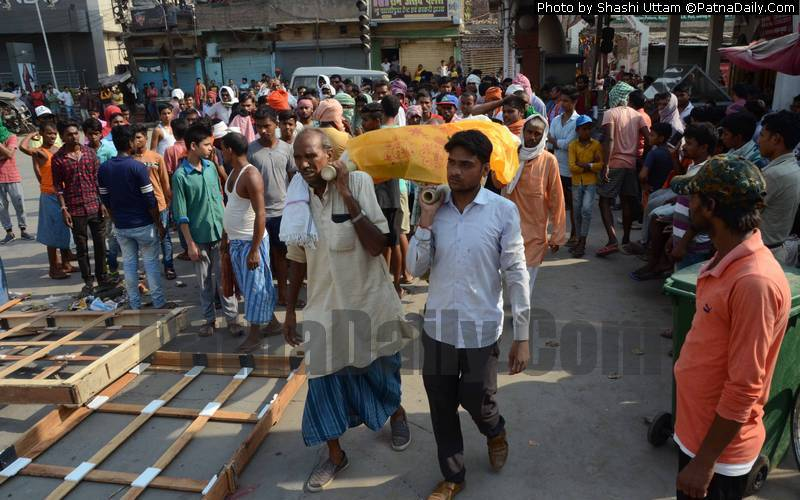 Family members carrying the body of the murdered boy in Patna on Sunday.