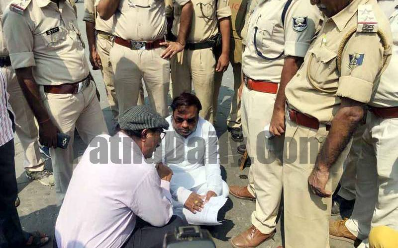 RJD leader Saroj Yadav being asked by police to take his dharna away from CM's residence.