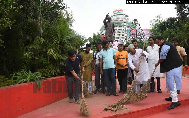 BJP leaders Ram Kripal Yadav, Nitin Navin and others washing the statue of JP in Patna on Wednesday.