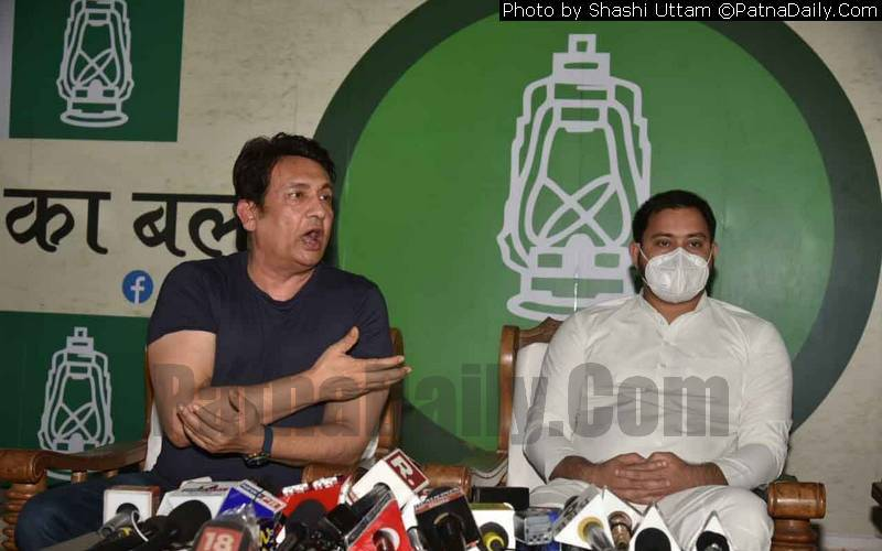 Film and TV star Shekhar Suman and RJD leader Tejaswi Yadav holding a joint press conference in Patna on Tuesday.
