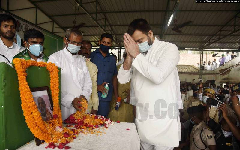 RJD leader Tejaswi Yadav and others paying tribute to late Raghuvansh Prasad Singh at party office in Patna on Sunday.
