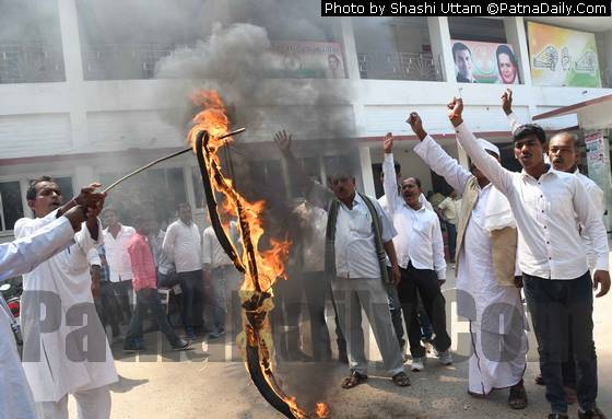 Congress leaders burning effigy of RJD leaders at Sadaqat Ashram for ignoring senior party leader Nikhil Kumar.
