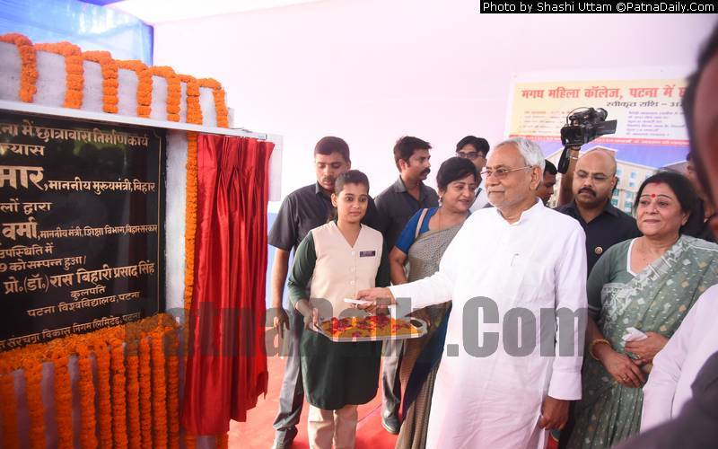 Nitish Kumar inaugurating girls' hostel at Magadh Mahila College.