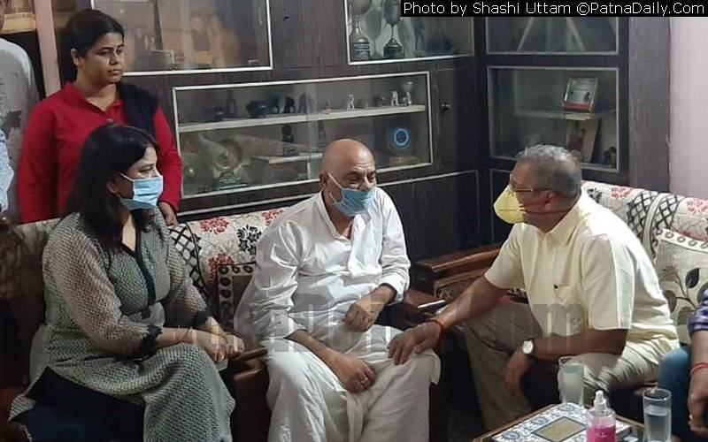 Bollywood actor Nana Patekar meeting with the parents of Sushant Singh Rajput in Patna on Sunday.